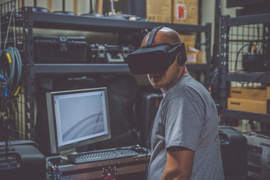 travailleur-virtual-reality__photo by eddie kopp on Unsplash